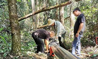 咸丰县坪坝营原始森林中架设安全饮水管线